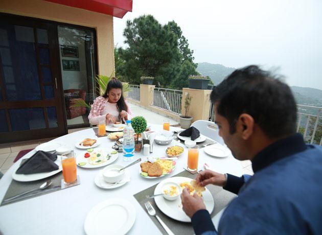 timbuk-too-kasauli-villas-rooms-cottages-resorts-hotels-accommodation-in-kasauli-visitors-having-multi-cuisine